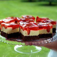 Ciasto z masą karpatkową i truskawkami